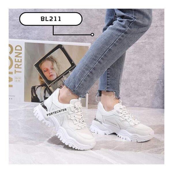 Botes, balti brīvā laika sieviešu apavi